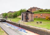 BCN 24h Marathon Challenge 2015: Smethwick Top Lock, with a vandalized toll office on the right. The old Brinley locks were on the right, lock 3 (out of 6) was parallel to this top lock, in front of the wall. Birmingham Canal Navigations,    on 23 May 2015 at 10:33, image #63